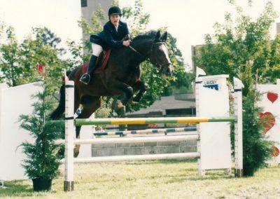 Fabienne sur la jument Geisha VI CH lors d'une épreuve de saut 2002