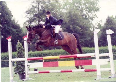 Fabienne monte la jument Geisha VI CH lors d'une épreuve de saut en 1997