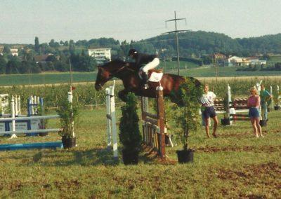 Thérèse monte la jument Geisha VI CH lors d'un concours de saut d'obstacle 1993