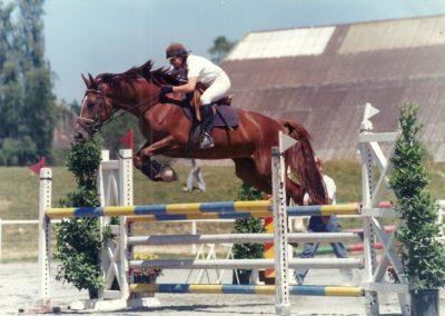 Thérèse sur la jument Igana de Marcy lors d'une épreuve de saut d'obstacles en 1996